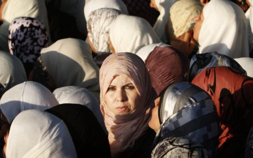 Photo d'illustration de femmes musulmanes réunies pour les prières du Ramadan à Jérusalem (Crédit : Miriam Alster/Flash90)