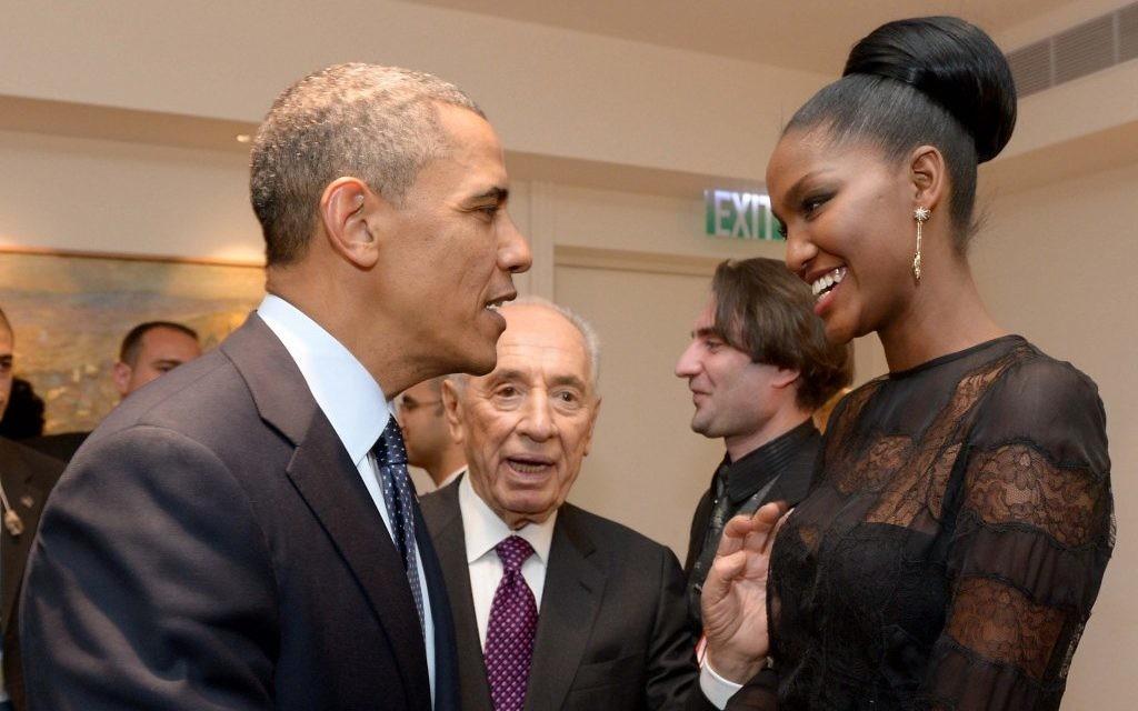 Le président Barack Obama, à gauche, avec Yityish 'Titi' Aynaw, 21 ans, première Israélienne née en Ethiopie à devenir Miss Israël, avec Shimon Peres, à la résidence présidentielle de Jérusalem, le 21 mars 2013. (Crédit : Avi Ohayon/Flash90)