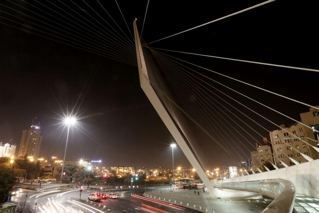 Vue nocturne du pont des Cordes à l'entrée de Jérusalem, le 20 novembre 2013  (Crédit : Miriam Alster/Flash 90/file)
