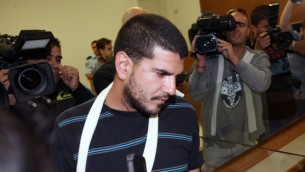Manny Dabush, jugé coupable de ne pas avoir empêché le meurtre d'Iftach Grady, 19 ans, devant un club de Raanana, devant la cour des magistrats de Petah Tikva, le 22 avril 2014. (Crédit : Flash90)