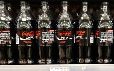 Des bouteilles de Coca-Cola Zéro dans un supermarché d'Israël, le 3 décembre 2014 (Crédit :Nati Shohat/Flash90)