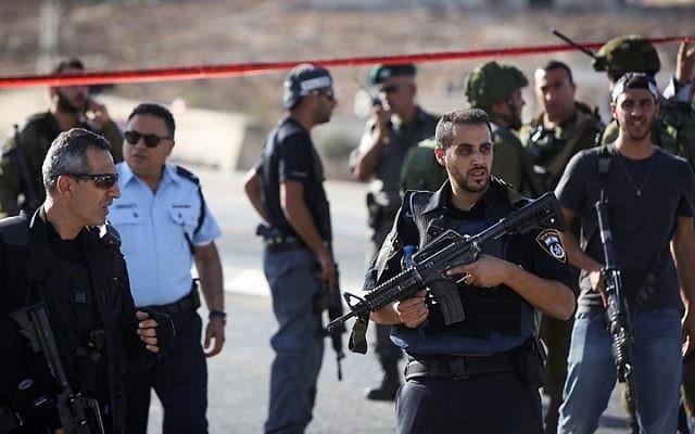 Forces de sécurité israéliennes au checkpoint Hizme, au nord de Jérusalem, le 21 octobre 2015. Illustration. (Crédit : Yonatan Sindel/Flash90)