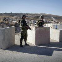 Des soldats à un poste de contrôle près de la ville de Hebron en Cisjordanie, le 2 juillet 2016. (Crédit : Wisam Hashlamoun / Flash90)