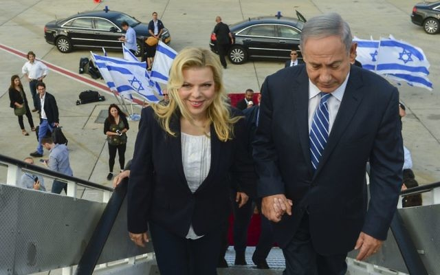 Le Premier ministre Benjamin Netanyahu et son épouse Sara embarquent pour une visite officielle en Afrique, le 4 juillet 2016. (Crédit : Kobi Gideon/GPO)