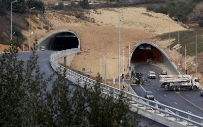 La vue des nouveaux tunnels de Harel sur la Route 1, l'autoroute reliant Tel Aviv et Jérusalem, le 19 janvier 2017 (Crédit : Yossi Zamir/Flash90)