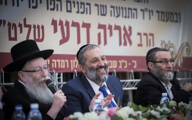 Le ministre de l'Intérieur Aryeh Deri (au centre), le ministre de la Santé Yaakov Litzman (à gauche) et le député Moshe Gafni (Torah VeYahadout) à la troisième conférence du parti Shas à l'hôtel Ramada, à Jérusalem le 16 février 2017. (Crédit : Yonatan Sindel/Flash90)