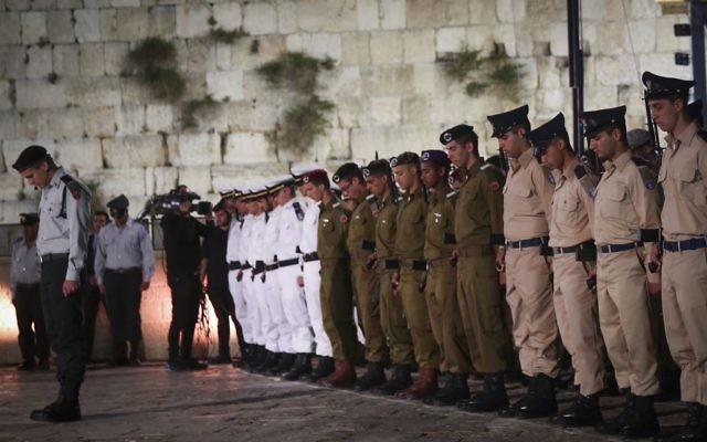 Des soldats pendant la minute de silence précédant la cérémonie de Yom HaZikaron au mur Occidental, le lieu le plus saint du judaïsme, dans la Vieille Ville de Jérusalem, le 30 avril 2017. (Crédit : Hadas Parush/Flash90)