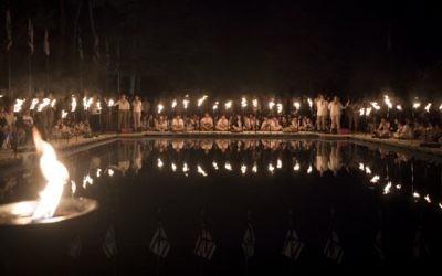 Israël Ron Arad, un petit nouveau dans le mouvement scout déjà déjà bien implanté en Israël. Ici, les scouts israéliens de la tribu de Modiin qui allument des torches pendant une cérémonie d'hommage aux soldats morts au combat, au soir de Yom HaZikaron, au cimetière militaire du mont Herzl à Jérusalem, le 30 avril 2017. (Crédit : Yonatan Sindel/Flash90)