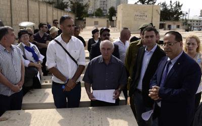 Ayoub Kara, ministre druze du Likud, pendant une cérémonie d'hommage aux soldats ultra-orthodoxes morts au combat, au cimetière de Bnei Brak, pour Yom haZikaron, le 1er mai 2017. (Crédit : Tomer Neuberg/Flash90)
