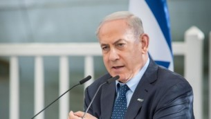 Le Premier ministre Benjamin Netanyahu pendant la cérémonie d'accueil des diplomates en Israël, à la résidence présidentielle, à Jérusalem, pour Yom HaAtsmaout, le 2 mai 2017. (Crédit : Yonatan Sindel/Flash90)