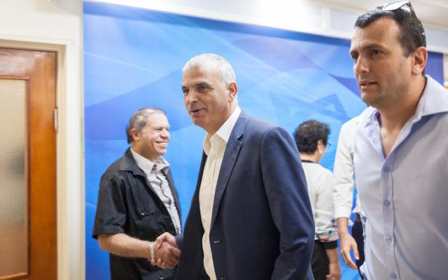 Moshe Kahlon, ministre des Finances, avant la réunion hebdomadaire du cabinet dans les bureaux du Premier ministre à Jérusalem, le 3 mai 2017. (Crédit : Emil Salman/Pool)