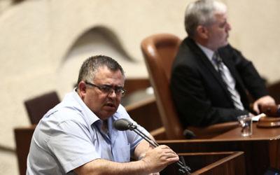 David Bitan, député du Likud et président de la coalition, pendant le débat en plénière de la Knesset sur le nouveau radiodiffuseur public, le 10 mai 2017. (Crédit : Miriam Alster/Flash90)