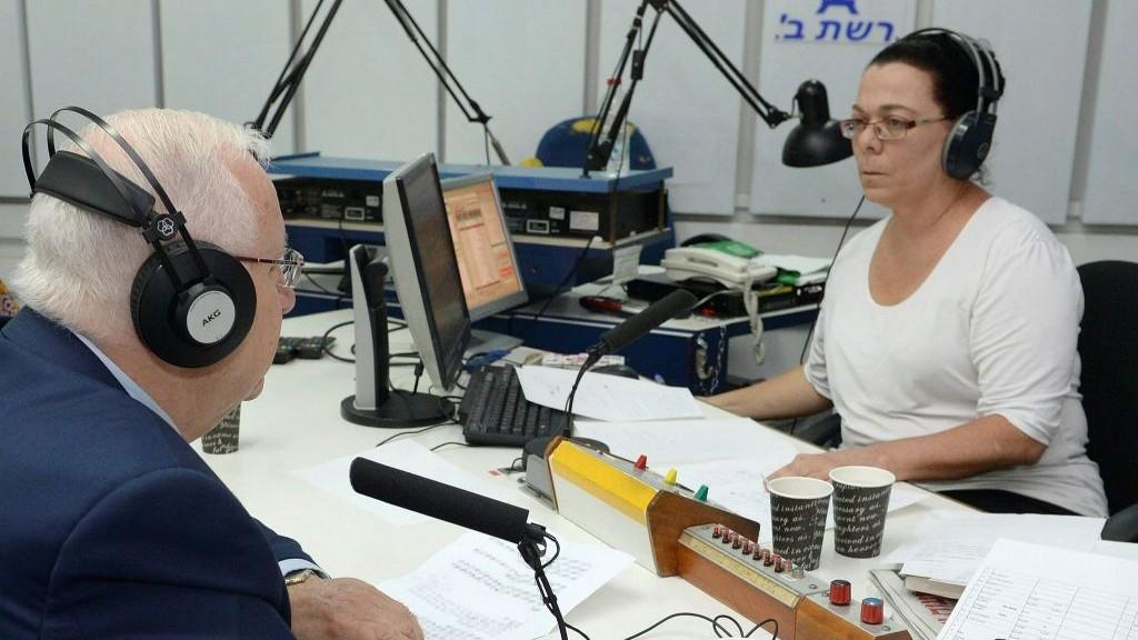 Le président Reuven Rivlin interviewé sur la radio publique israélienne pour son dernier jour de diffusion, le 10 mai 2017. (Crédit : Mark Neyman/GPO)