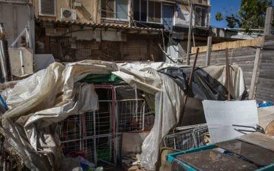 La cage extérieure d'une habitation où un adolescent de 14 ans serait resté en situation d'isolement par ses parents à Hadera, le 11 mai 2017 (Crédit : Flash90)