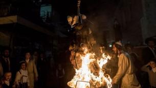 Des Juifs ultra-orthodoxes mettent le feu à l'effigie d'un soldat israélien pendant les fêtes de Lag BaOmer, dans le quartier Mea Shearim de Jérusalem, le 13 mai 2017. (Crédit : Noam Revkin Fenton/Flash90)