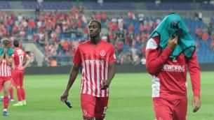 Des joueurs de l'Hapoel Tel Aviv perdent le match ; l'équipe chute en deuxième division, le 13 mai 22017. (Crédit : Roy Alima/Flash90)
