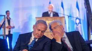 Le Premier ministre Benjamin Netanyahu, à gauche, avec le nouvel ambassadeur des Etats-Unis en Israël, David Friedman, pendant la cérémonie du 50e anniversaire de la réunification de Jérusalem, le 21 mai 2017. (Crédit : Alex Kolomoisky/Pool)