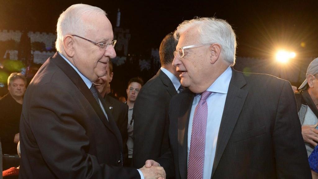 Le président Reuven Rivlin, à gauche, avec le nouvel ambassadeur des Etats-Unis en Israël, David Friedman, pendant la cérémonie du 50e anniversaire de la réunification de Jérusalem, le 21 mai 2017. (Crédit : Mark Neyman/GPO)