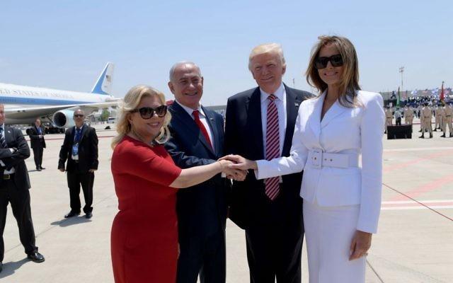 Le président américain Donald Trump, deuxième à droite, et son épouse Melania Trump ,à droite, aux côtés du Premier ministre Benjamin Netanyahu, 2ème à gauche, et de son épouse  Sara Netanyahu à l'aéroport Ben Gourion, le 22 mai 2017 (Crédit : Avi Ohayon/GPO)