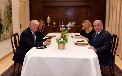 Le Premier ministre Benjamin Netanyahu, à droite, et sa femme Sara, reçoivent le président américain Donald Trump et sa femme Melania le 22 mai 2017, à la Résidence du Premier ministre à Jérusalem. (Crédit : Avi Ohayon/GPO)