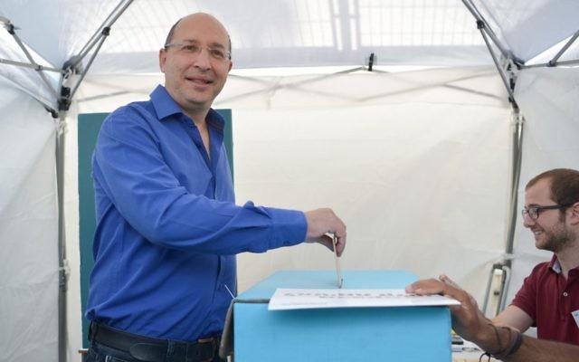 Avi Nissenkorn, président de la Histadrout, dans un bureau de vote de Tel Aviv, le 23 mai 2017. (Crédit : Flash90)