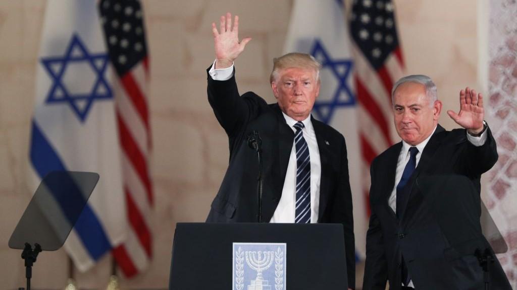 Le président américain Donald Trump, à gauche, et le Premier ministre Benjamin Netanyahu saluent le public après les discours qui ont sanctionné la visite de Trump au musée d'Israël de Jérusalem, le 23 mai 2017 (Crédit : Yonatan Sindel/Flash90)