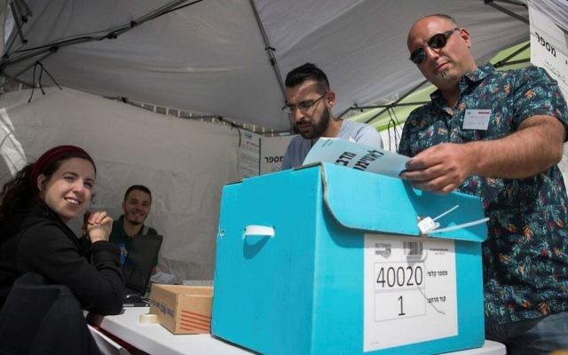 Bureau de vote pour la présidence de la Histadrout à Jérusalem, le 23 mai 2017. (Crédit : Yonatan Sindel/Flash90)