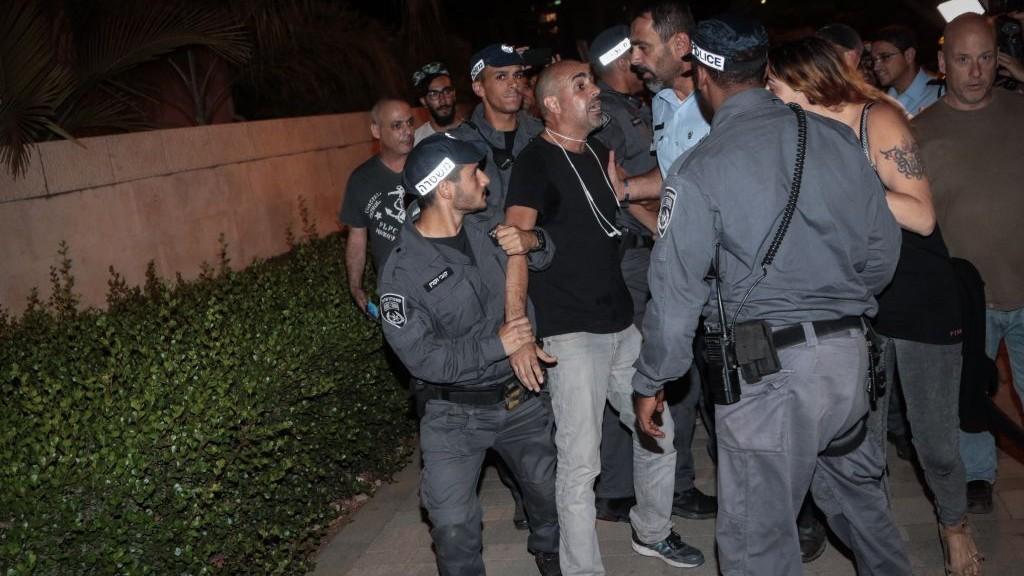 Arrestation pendant une manifestation devant le domicile du procureur général, Avichai Mandelblit, à Petah Tikva, le 27 mai 2017. (Crédit : Roy Alima/Flash90)