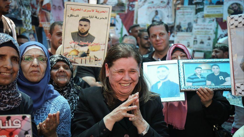 Fadwa Barghouthi, au centre, l'épouse de Marwan Barghouthi, terroriste et meneur de la grève de la faim, fête avec d'autres Palestiniennes l'arrêt de la grève de la faim des prisonniers palestiniens à Ramallah, en Cisjordanie;, le 27 mai 2017. (Crédit : Flash90)