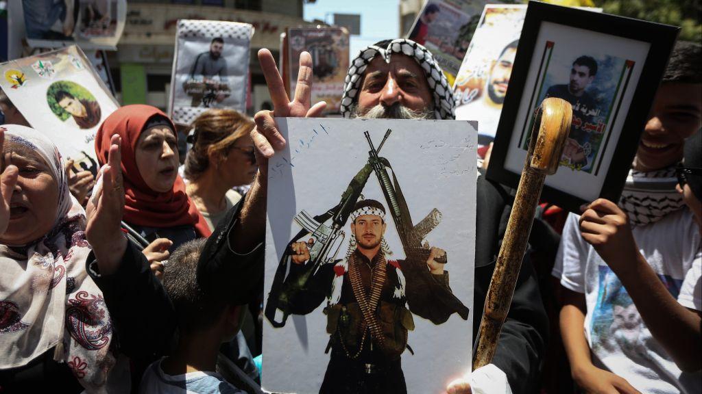 Des Palestiniens célèbrent la fin de la grève de la faim des prisonniers sécuritaires à Ramallah, en Cisjordanie, le 27 mai 2017. (Crédit : Flash90)