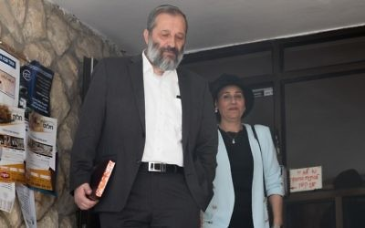 Aryeh Deri, ministre de l'Intérieur, et son épouse Yaffa, devant leur domicile de Jérusalem, le 29 mai 2017. (Crédit : Yonatan Sindel/Flash90)