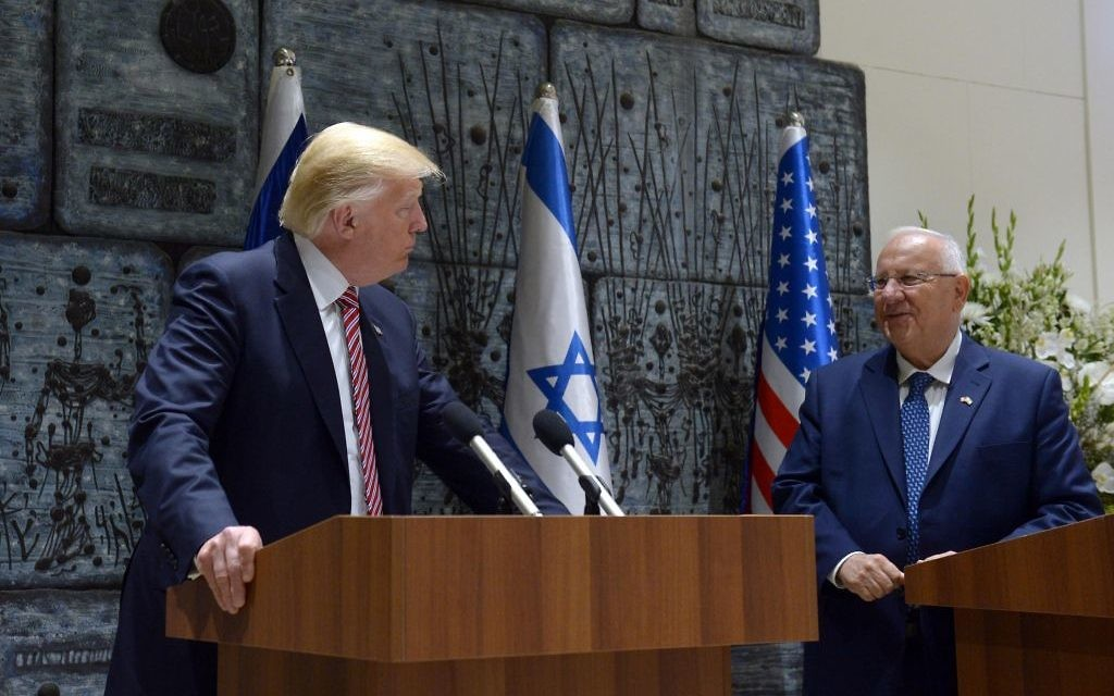 Le président Reuven Rivlin, à droite, et son homologue américain Donald Trump, à la résidence présidentielle de Jérusalem, le 22 mai 2017. (Crédit : Haim Zach/GPO)