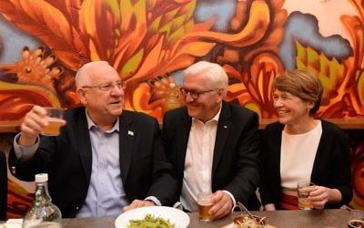 Le président Reuven Rivlin, son homologue allemand Frank-Walter Steinmeier et son épouse, Elke Budenbende, au marché Mahane Yehuda de Jérusalem, le 6 mai 2017. (Crédit : Mark Neiman/GPO)