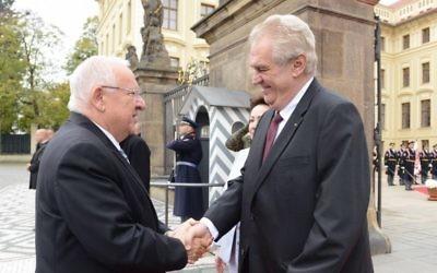 Le président Reuven Rivlin, à gauche, échange une poignée de main avec le président tchèque Milos Zeman durant une visite d'état à Prague. (Crédit : Mark Neyman/GPO)
