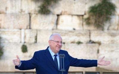 Le président Reuven Rivlin ouvre les célébrations de la Journée de Jérusalem au mur Occidental dans la Vieille ville de Jérusalem (Crédit : Mark Neiman/GPO)