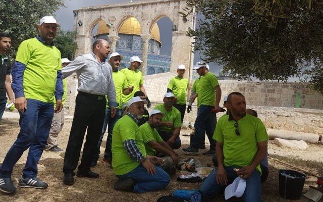 Masud Ghnaim, député de la Liste arabe unie, sur le mont du Temple avec des bénévoles arabes qui préparent la mosquée Al-Aqsa pour le Ramadan, à Jérusalem, le 20 mai 2017. (Crédit : autorisation)