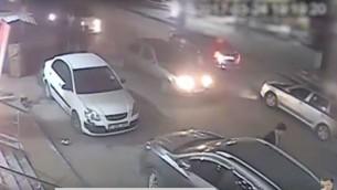 Une vidéo diffusée par le Hamas montrerait l'assassin de Mazen Foqaha quitter la scène de crime, le 24 mars 2017. (Crédit : capture d'écran YouTube/mikstarsky)