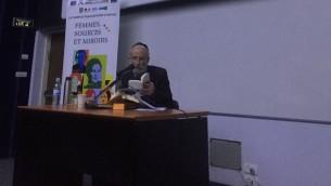 Le rabbin et philosophe Daniel Epstein pendant une conférence sur le destin extraordinaire d'Etty Hillesum, au Collège académique de Netanya, le 12 février 2017. (Crédit : autorisation)