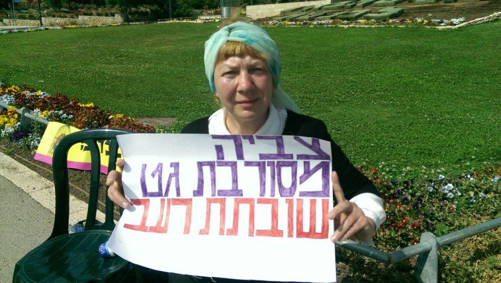 Zvia Gordetsky fait la grève de la faim devant la Knesset après s'être vue refuser le divorce depuis 17 ans, en mai 2017. (Crédit : autorisation)