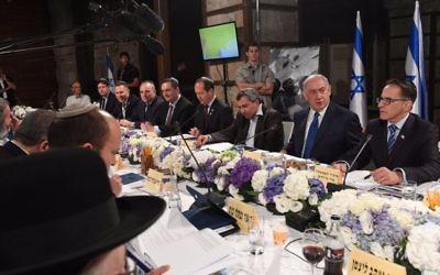 Réunion hebdomadaire du cabinet israélien, organisée à l'occasion de Yom Yeroushalayim dans les tunnels du mur Occidental, à Jérusalem, le 28 mai 2017. (Crédit : Kobi Gideon/GPO)