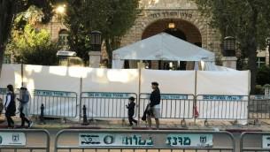 Des barrières et des clôtures de sécurité autour du King David Hotel à Jérusalem en amont d'une visite du président américain Donald Trump le 21 mai 2017 (Crédit : Stuart Winer/Times of Israel)