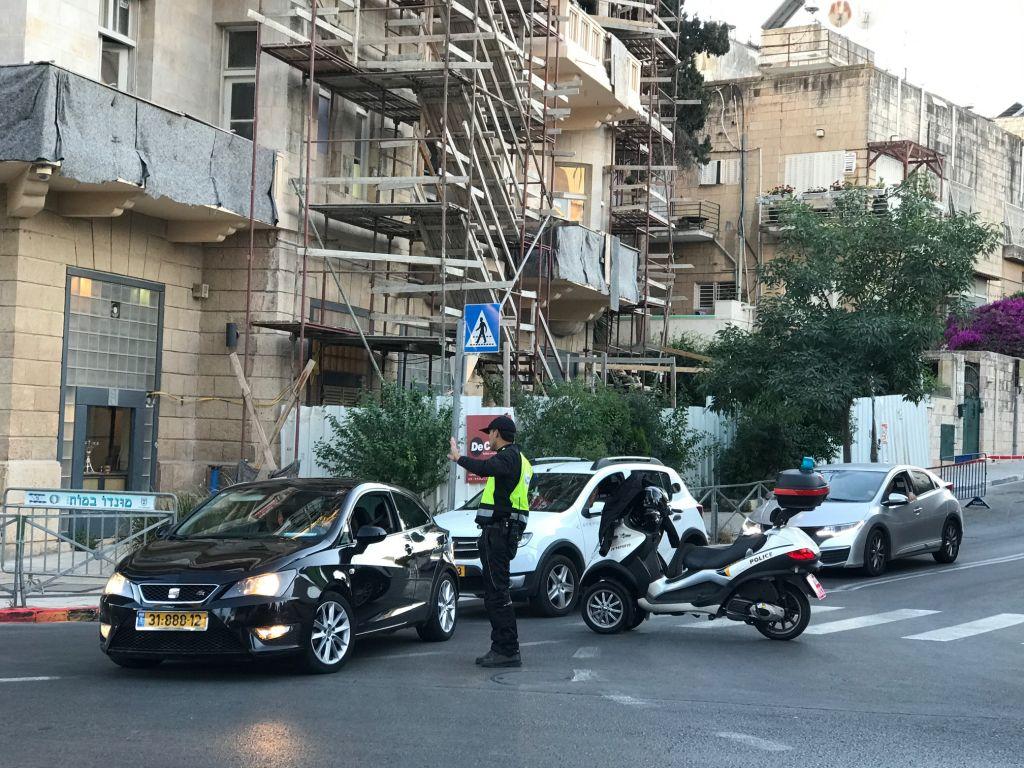La police redirige la circulation aux abords du King David Hotel à Jérusalem en amont d'une visite du président américain Donald Trump, le 21 mai 2017 (Crédit : /Stuart Winer/Times of Israel)