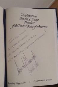 Le message de Donald Trump inscrit sur le livre d'Or de la résidence de la présidence de Jérusalem (Crédit : capture d'écran Deuxième chaîne)