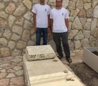 Les lycéens Yahel Shilyan (à gauche) et Naveh Hod ont fait des recherches sur Yafim Davidovich, un colonel russe qui avait espionné pour le compte d'Israël, et qui est enterré au Mont des Oliviers. (Crédit : Jessica Steinberg/Times of Israel)