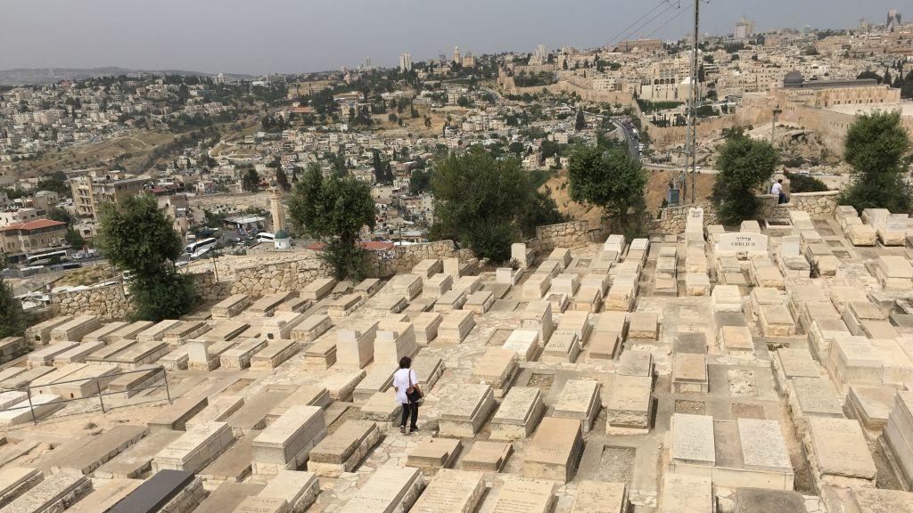 Rachel Barnea, l'une des bénévoles de Giving a Face to the Fallen, déambule entre les tombes du Mont des Oliviers, durant Yom Hazikaron 2017. (Crédit : Jessica Steinberg/Times of Israel)