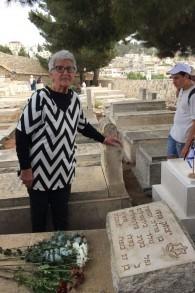 Yehudit Cohen, au Mont des Oliviers sur la tombe de son frère Yitzhak Penso, tué en 1948. (Crédit : Jessica Steinberg/Times of Israel)