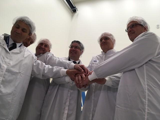 Jean-Yves Le Gall, président du CNES, Avi Blasberger, président de l'ISA, Yossi Weiss, président de l'IAI, et une partie de leurs équipes à l'origine du microsatellite Venus, le 25 mai 2017. (Crédit : Eve Boccara)