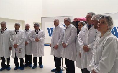 Les équipes françaises et israéliennes enfin réunies, une mois avant la mise en orbite du microsatellite Venus, le 25 mai 2017. (Crédit : Eve Boccara)
