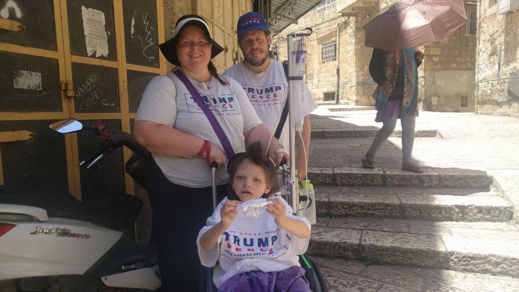 Leah et David Weissman, partisans de Trump, avec leur fille, Arayl, 9 ans, espéraient voir Trump et lui serrer la main dans la Vieille Ville de Jérusalem, le 22 mai 2017. (Crédit : Melanie Lidman/Times of Israël)