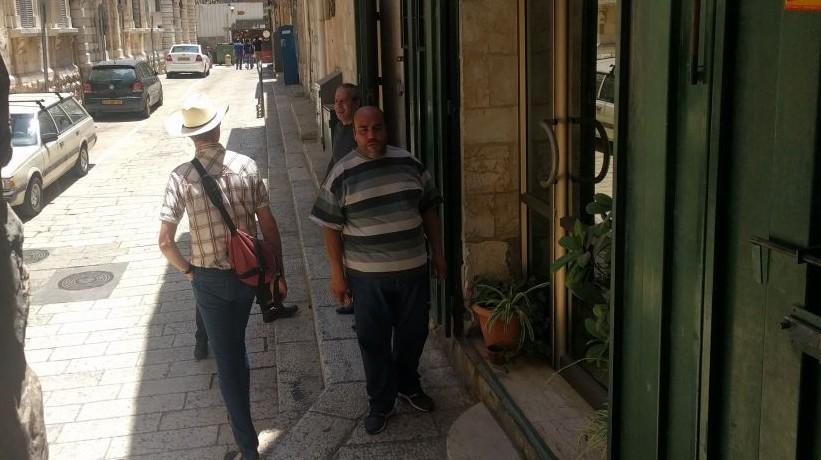 Des habitants du quartier arabe aident des touristes tentant de trouver une pizzéria ouverte dans la Vielle Ville de Jérusalem, avant la visite de Trump, le 22 mai 2017. (Crédit : Melanie Lidman/Times of Israël)